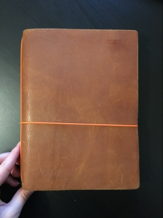 Mein Notebook von Außen mit Verschluss in Orange